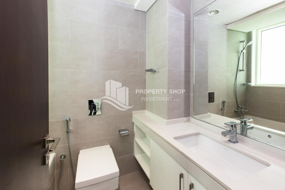 Bathroom - Spacious 3 Bedroom Apt with sea view.