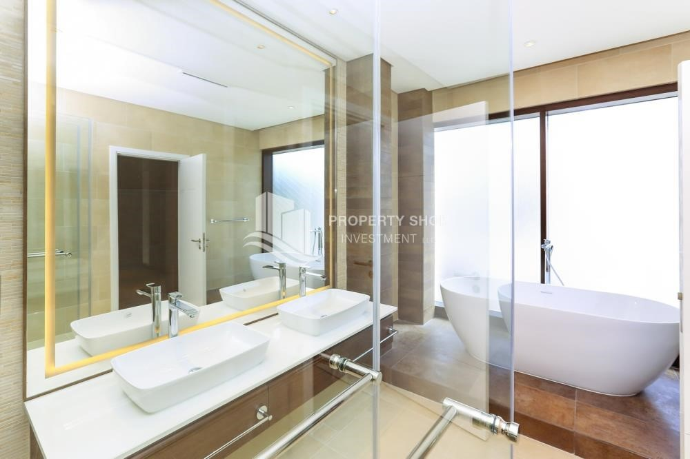 Bathroom - 4BR+M villa, Middle double row with street view.