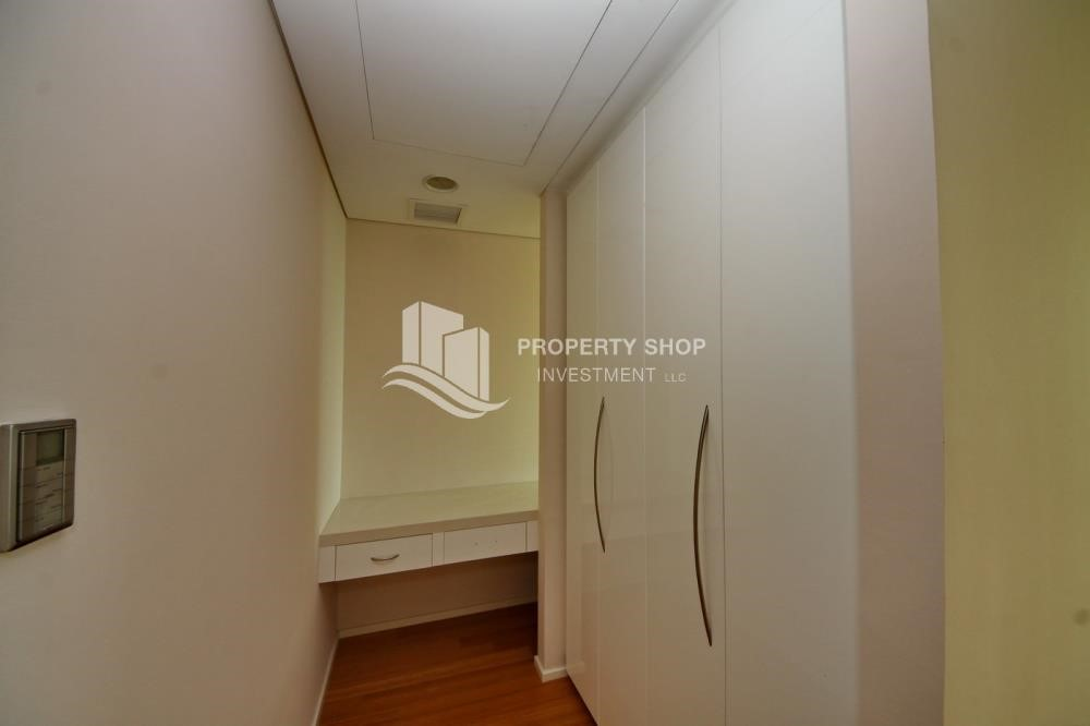 WalkIn Closet - Spacious 3 + M with walk in closet and full sea view!