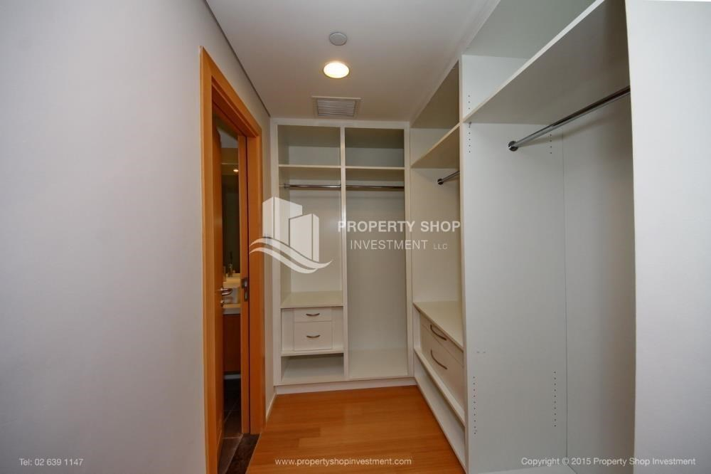 WalkIn Closet - Spacious Apt overlooking Sea + Canal view