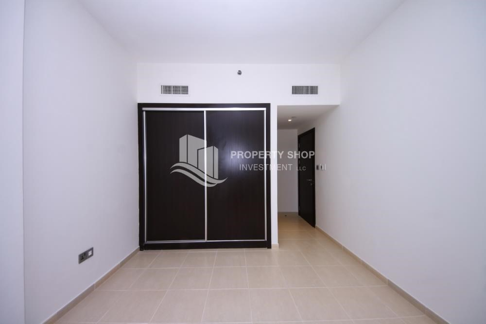 Built in Wardrobe - Hot deal! Vacant 2 Cheques, Apt with balcony.