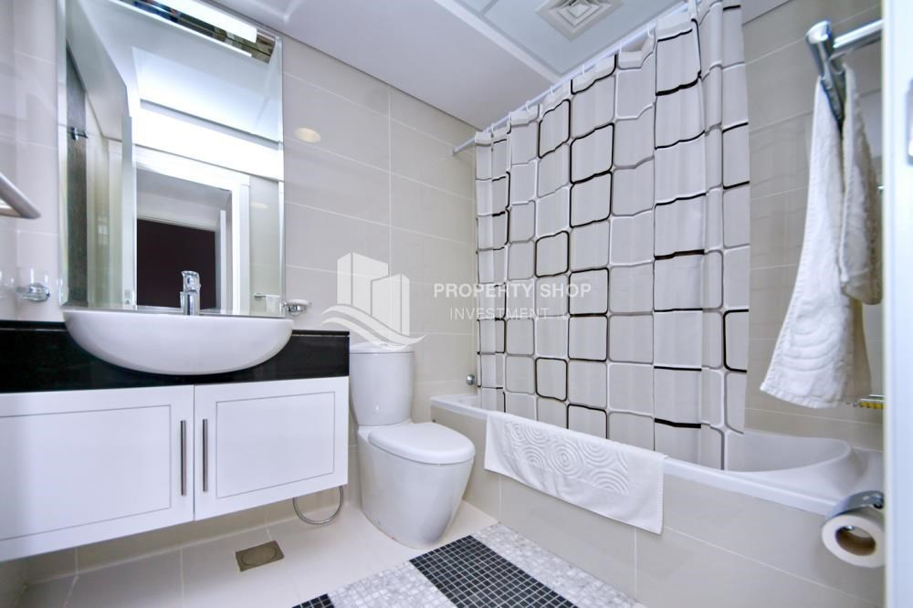 Bathroom - Stunning Apt with Balcony overlooking the Sea.