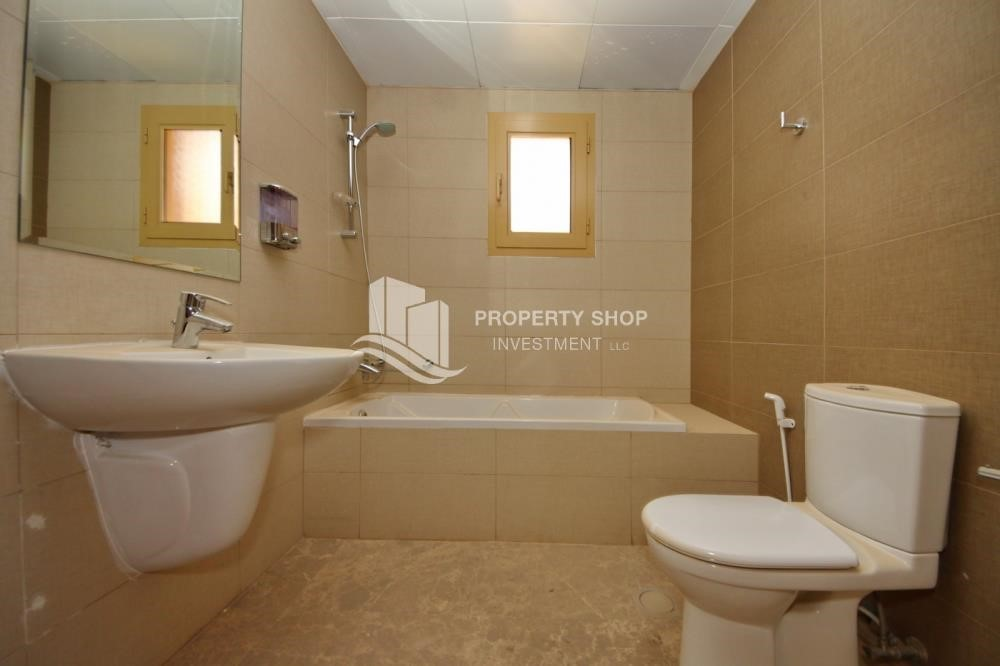 Bathroom - Experience the relaxing ambiance of 5BR Villa in Golf Gardens