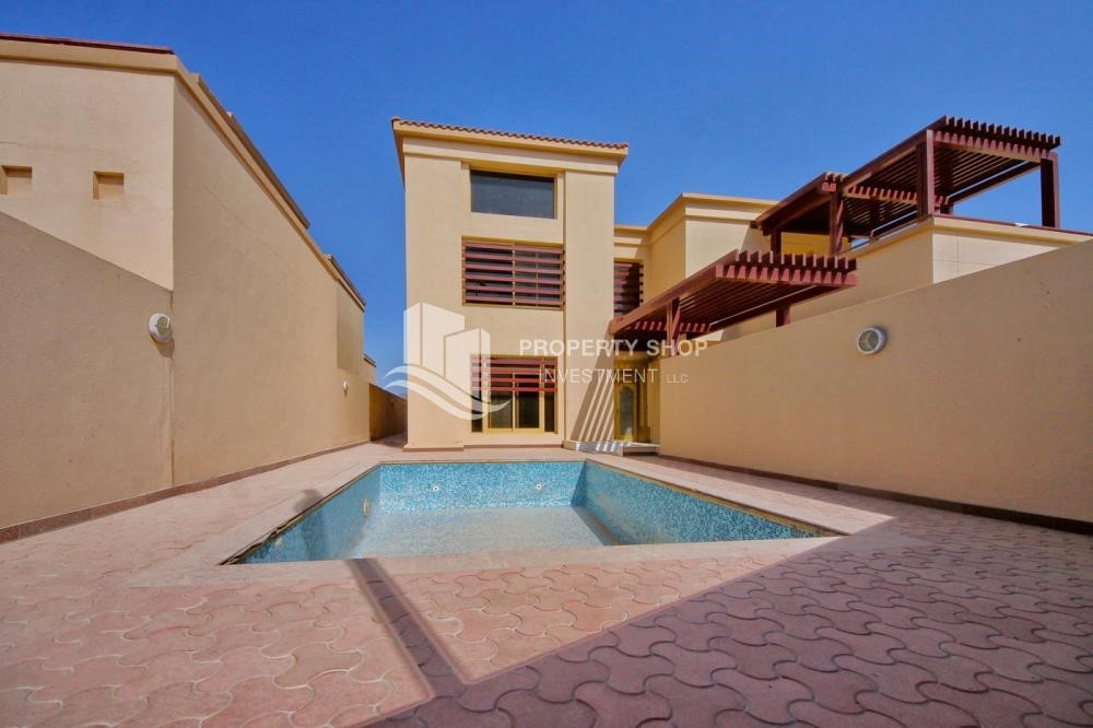 Community - Experience the relaxing ambiance of 5BR Villa in Golf Gardens