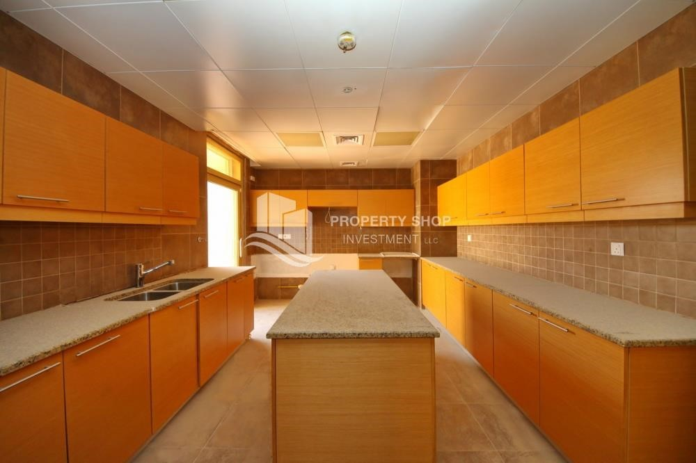 Kitchen - Experience the relaxing ambiance of 5BR Villa in Golf Gardens