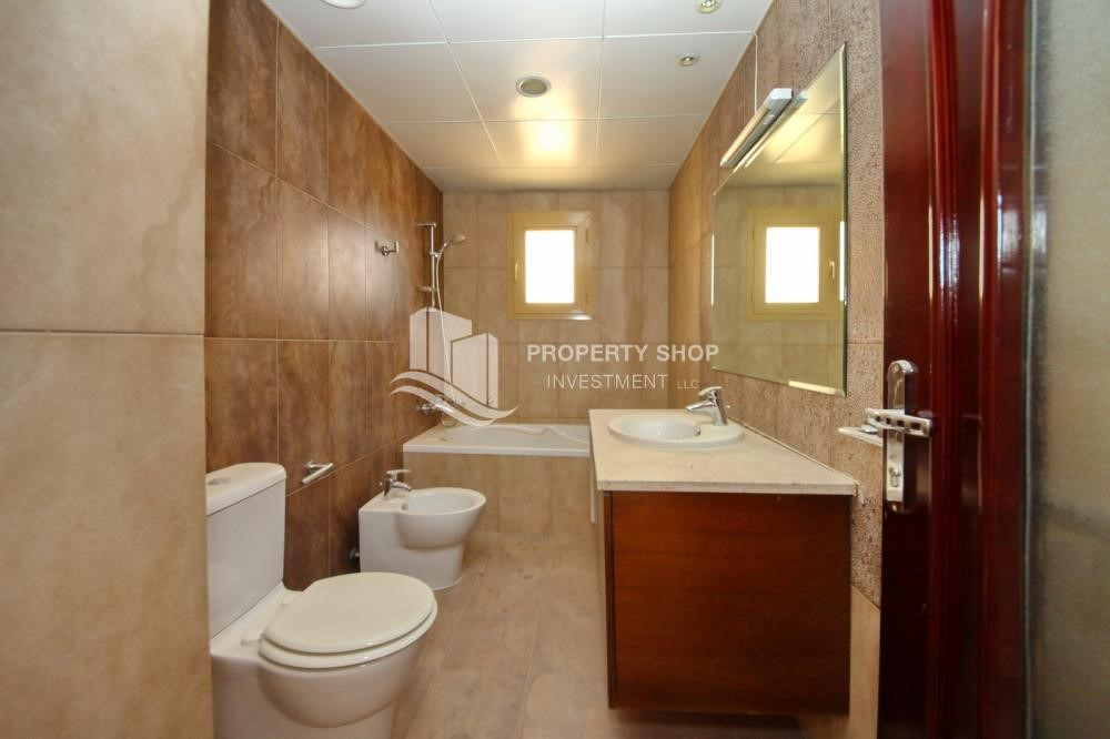 Master Bathroom - Experience the relaxing ambiance of 5BR Villa in Golf Gardens