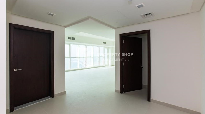 Foyer-Spacious 3 Bedroom Apt with sea view.