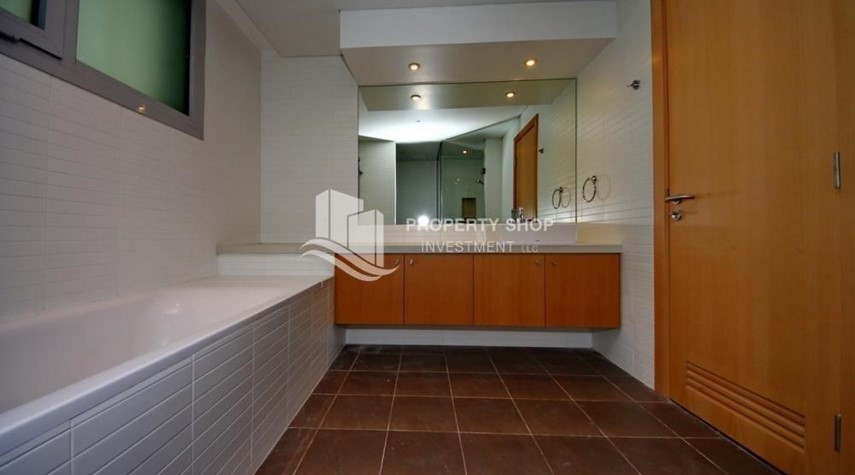 Bathroom-Spacious Apt overlooking Sea + Canal view