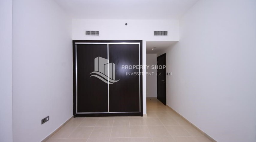 Built in Wardrobe-Hot deal! Vacant 2 Cheques, Apt with balcony.