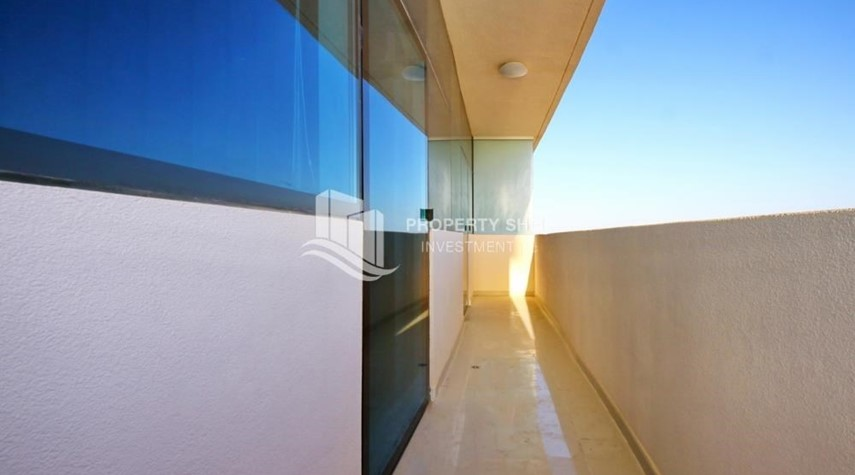 Balcony-Stunning Apt with Balcony overlooking the Sea.