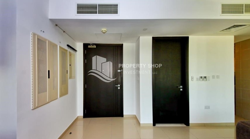 Foyer-High Floor Apt with Sea view with Multiple Cheques options!