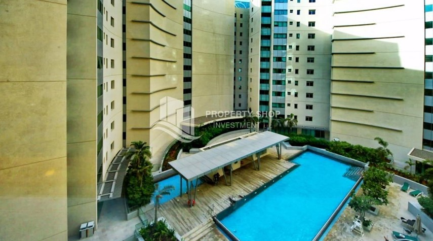 Community-High floor huge unit plus balcony with sea view!