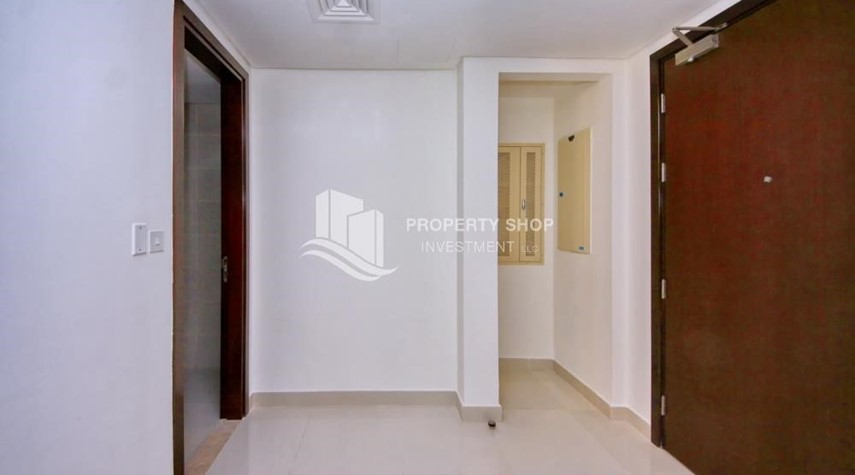 Foyer-Mid-floor 2BR Apt with Full facilities.