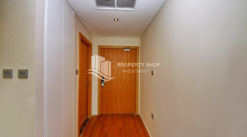 Foyer-Sea view Apt with high end amenities