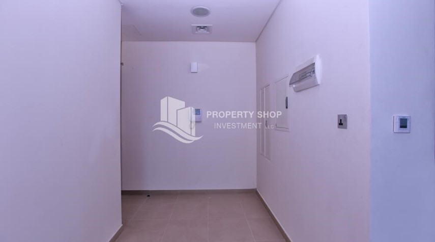 Foyer-Studio apartment in high floor available for sale now.