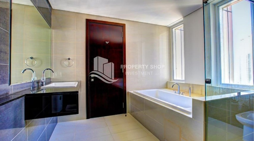 Master Bathroom-Spacious 3 plus 1BR Apt in Mag 5 Residence.