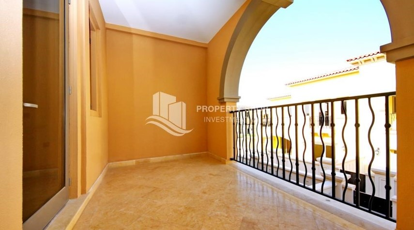 Balcony-Independent Villa With Large Terrace Overlooking Community