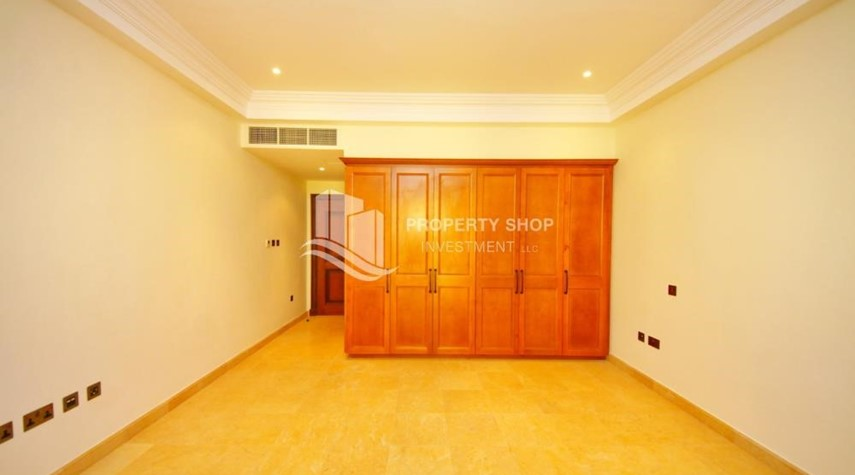 Built in Wardrobe-Independent Villa With Large Terrace Overlooking Community
