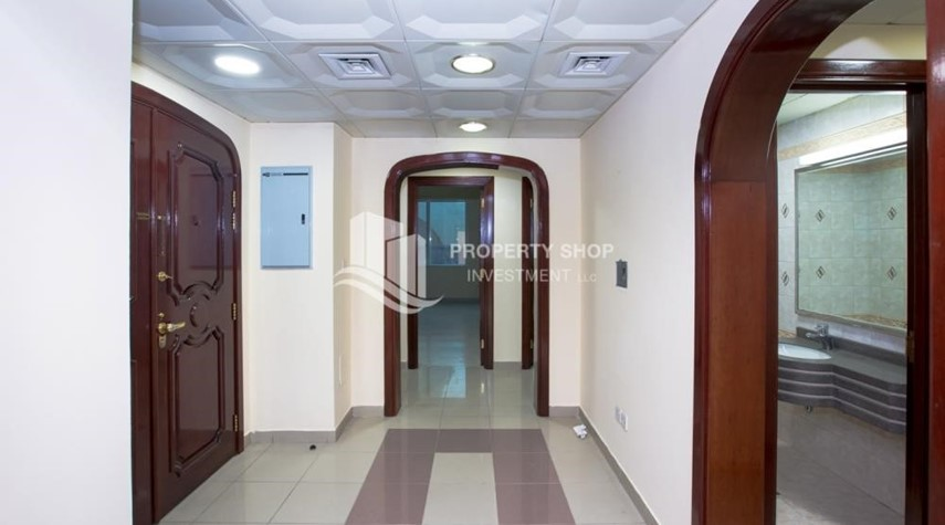 Foyer-Prestigious 3 Bedroom Apartment in Corniche Area for rent.