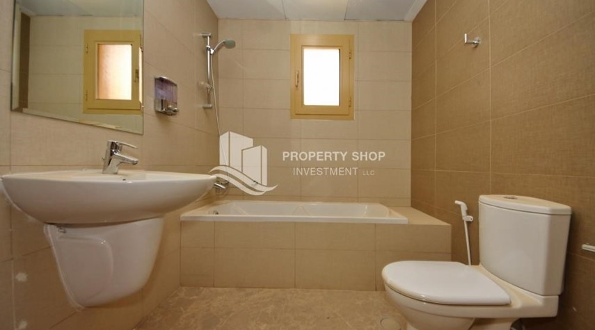 Bathroom-Experience the relaxing ambiance of 5BR Villa in Golf Gardens