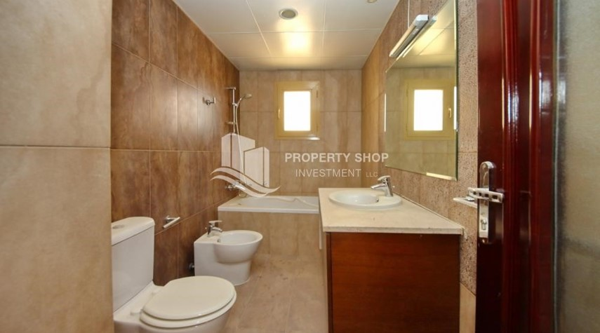 Master Bathroom-Experience the relaxing ambiance of 5BR Villa in Golf Gardens